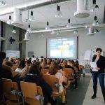 """Uczniowie """"Jedynki"""" na zajęciach na Uniwersytecie Szkoły Wyższej Psychologii Społecznej w Katowicach."""